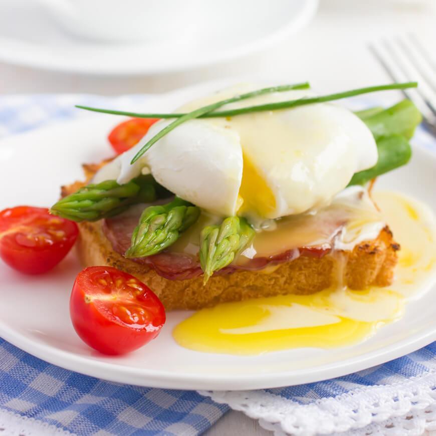 яйца Бенедикт со спаржей